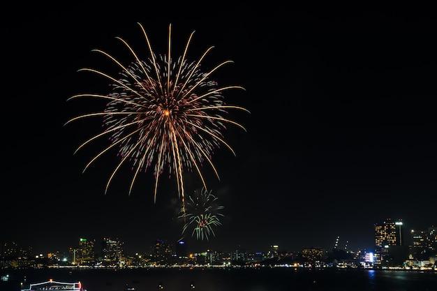 Belo fogo de artifício na costa de pattaya, tailândia Foto Premium