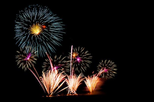 Belo fogo de artifício no céu negro Foto gratuita