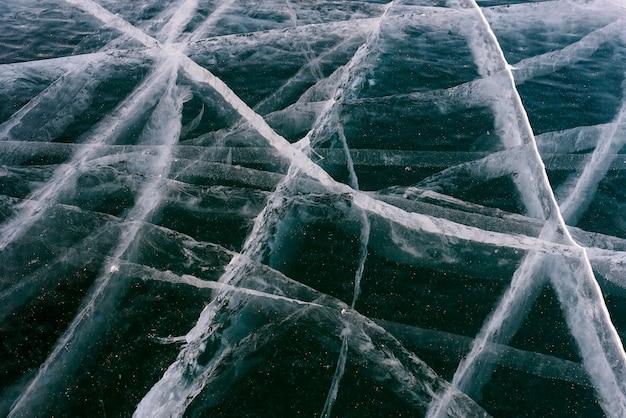 Belo gelo do lago baikal com rachaduras abstratas Foto Premium