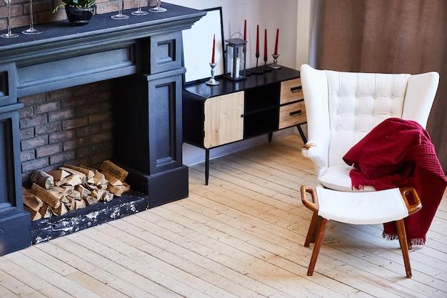 Belo interior de sala de estar com piso de madeira e lareira na nova casa de luxo. Foto Premium