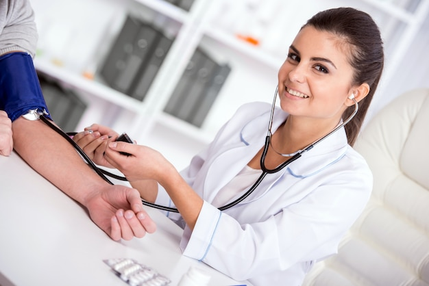 Belo jovem médico feminino está verificando o sangue. Foto Premium