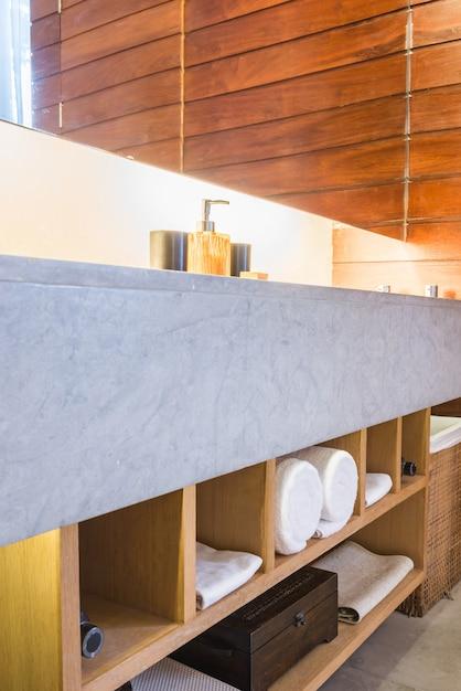 Belo luxo banheiro e wc interior Foto gratuita
