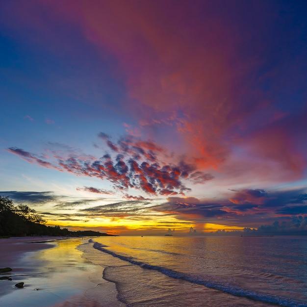 Belo nascer do sol na praia tropical no início da manhã em proporção quadrada Foto Premium