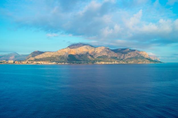 Belo nascer do sol sobre palermo, panorama da cidade do mar Foto Premium