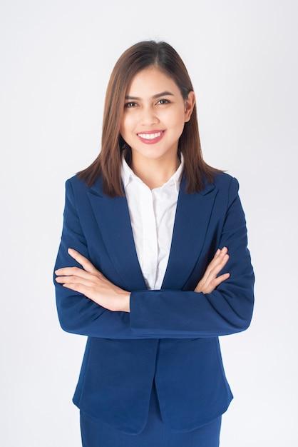 Belo negócio mulher de terno azul está sorrindo em fundo branco Foto Premium