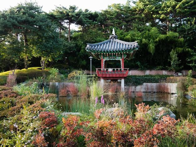 Belo pavilhão e jardim no estádio da copa do mundo de seul Foto Premium