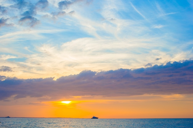 Belo pôr do sol deslumbrante em uma praia do caribe exótica Foto Premium