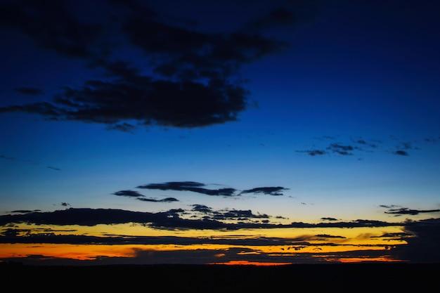 Belo pôr do sol dramático sobre o campo Foto Premium
