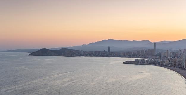 Belo pôr do sol em benidorm Foto Premium
