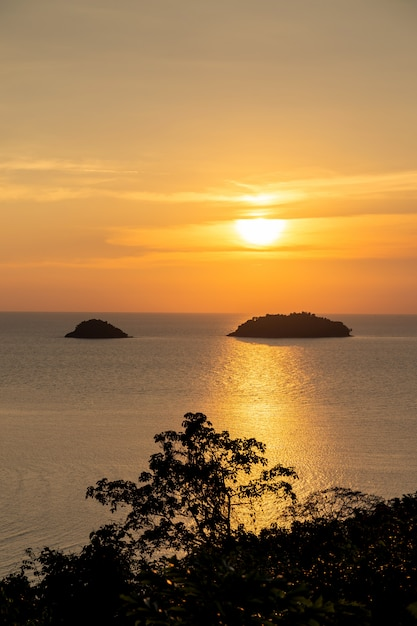 Belo pôr do sol mar vista ilha seascape na província de trad oriental da tailândia Foto gratuita