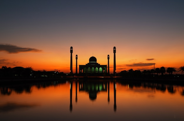 Belo pôr do sol na mesquita Foto Premium