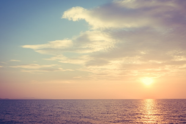 Belo pôr do sol na praia e mar Foto gratuita
