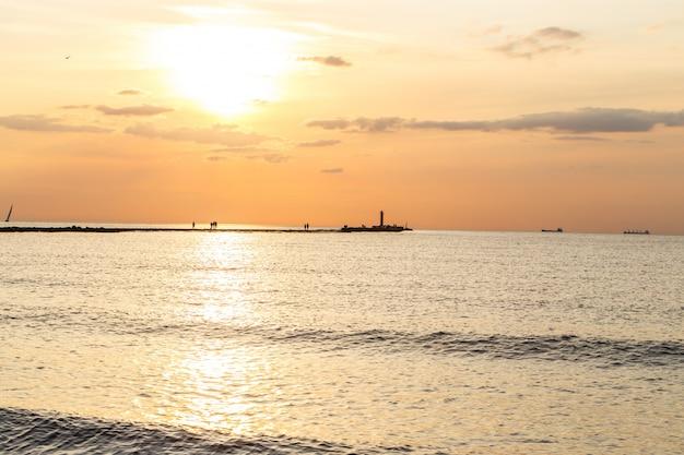 Belo pôr do sol na praia Foto gratuita
