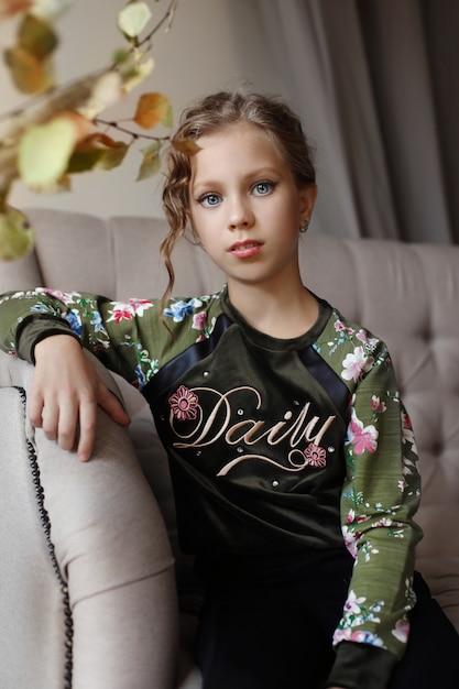 Belo retrato de uma menina criança em casa Foto Premium