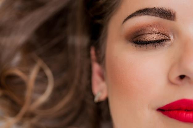 Belo retrato do modelo de mulher sensual europeia com maquiagem de lábios vermelhos glamour, maquiagem de seta de olho, pele de pureza. estilo de beleza retro Foto gratuita