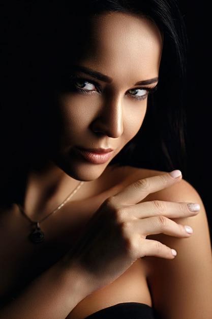 Belo retrato feminino em estilo de moda Foto Premium