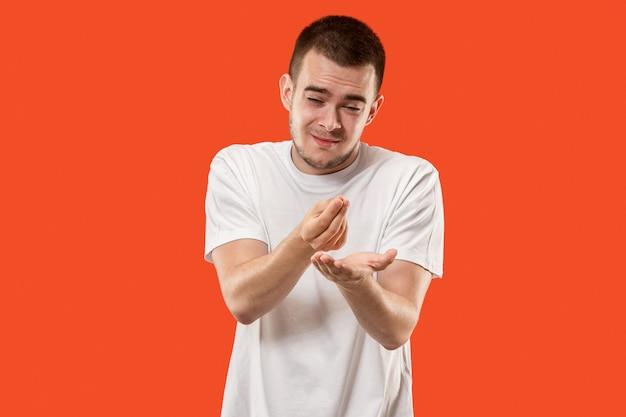 Belo retrato masculino com metade do comprimento isolado em laranja backgroud. o jovem emocionado surpreso Foto gratuita