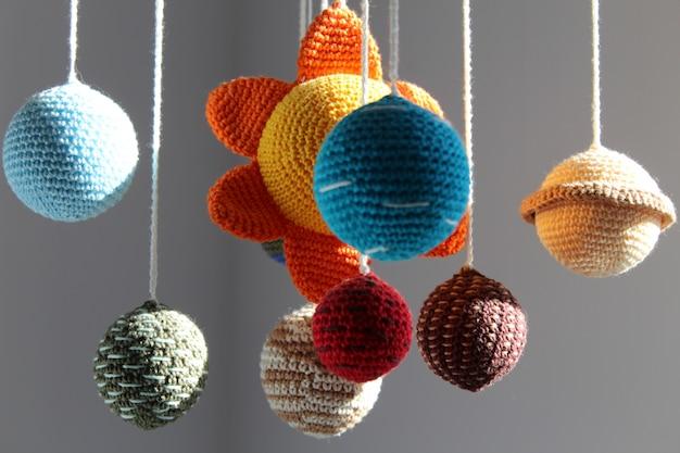 Belo sistema solar artesanal. decoração do quarto. sol e planetas Foto Premium