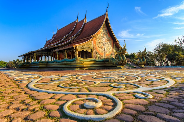 Belo templo phu orgulhoso no distrito de sirindhorn, província de ubon ratchathani, tailândia Foto Premium