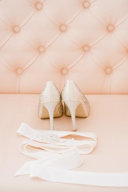Belos acessórios de noiva para noivas durante as taxas. penteadeira. Foto Premium