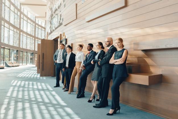 Bem sucedida equipe de jovens empresários de perspectiva no escritório Foto Premium