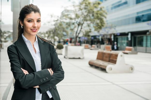 Bem sucedido retrato sorridente de uma jovem empresária Foto gratuita