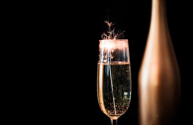 Bengala fogo em taça de champanhe Foto gratuita