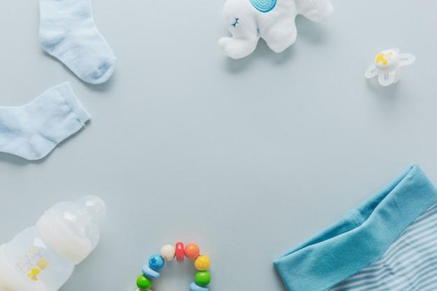 Bens de bebê em fundo azul claro Foto Premium