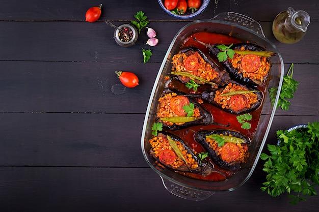 Berinjelas recheadas turcas com carne moída e legumes assados com molho de tomate Foto Premium