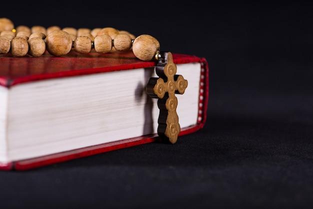 Bíblia e cruz em religioso Foto Premium