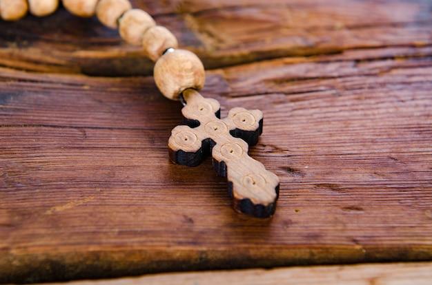 Bíblia e cruz no conceito religioso Foto Premium