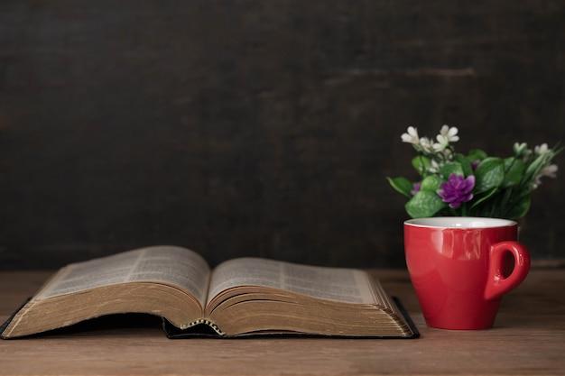 Bíblia e uma xícara de café para a manhã Foto gratuita