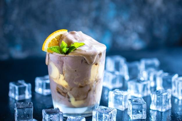 Bicarbonato de laranja com creme de soda cremosa Foto Premium