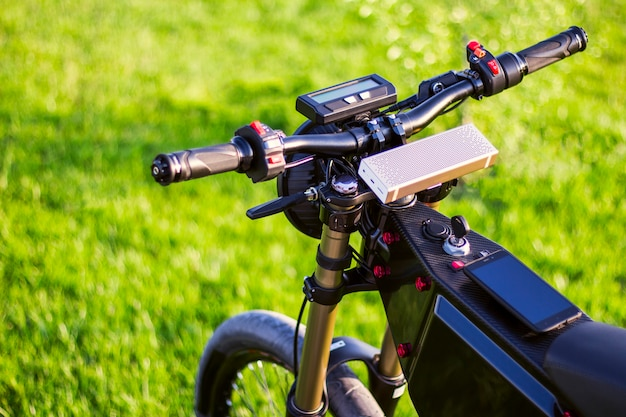 Bicicleta elétrica de volante com monitor e garfo de suspensão Foto gratuita
