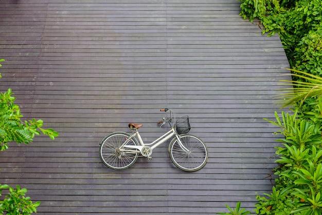 Bicicleta vintage no piso de madeira no parque sri nakhon khuean khan e jardim botânico Foto Premium
