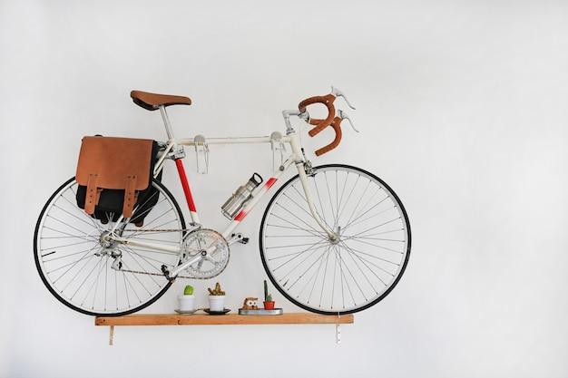 Bicicletas decorativas que penduram na parede branca. Foto Premium