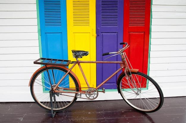 Bicicletas em portas coloridas Foto Premium