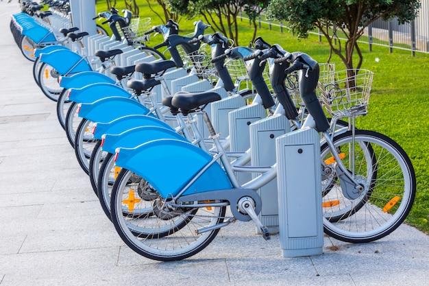 Bicicletas para alugar em parque público (santander cantabria - espanha) Foto Premium