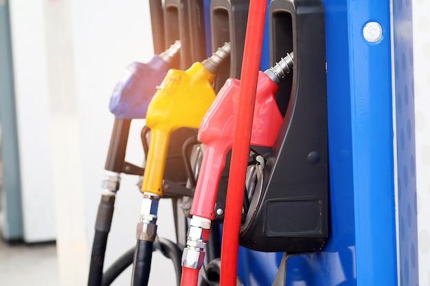Bico de combustível vermelho amarelo azul cor no posto de gasolina. estação de petróleo. posto de gasolina. Foto Premium