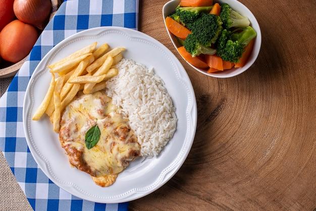 Bife à parmigiana com arroz e legumes Foto Premium