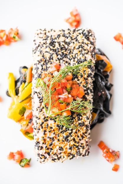 Bife de atum grelhado com macarrão e legumes Foto gratuita