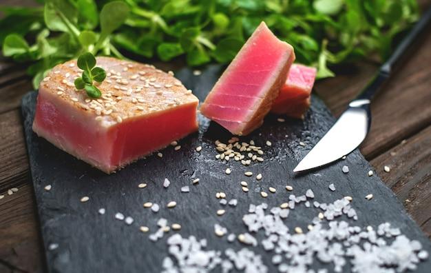 Bife de atum grelhado salada verde close-up Foto Premium
