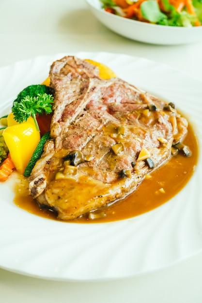 Bife de carne de bovino grelhado com carne de bovino com vegetais Foto gratuita