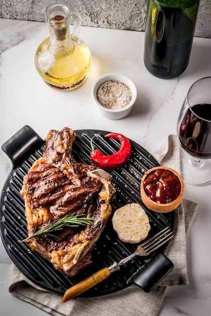 Bife de carne grelhada com vinho tinto Foto Premium