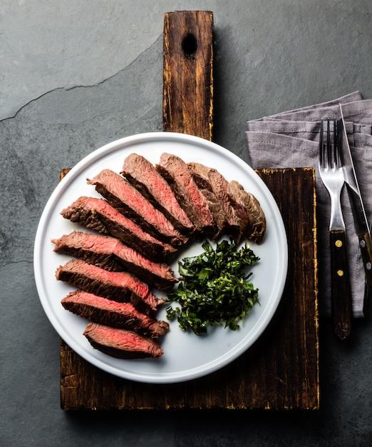 Bife de carne médio na chapa branca Foto Premium