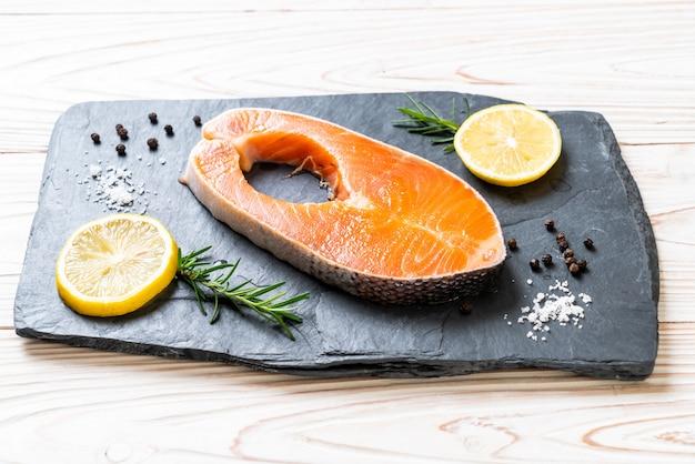Bife de filé de salmão cru fresco Foto Premium