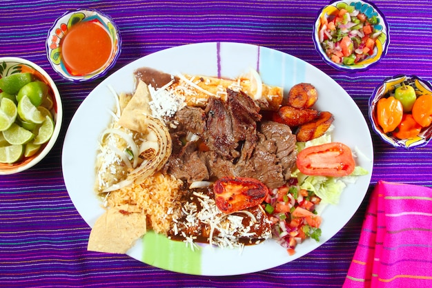 Bife de flanco de carne de arrachera pimentão de prato mexicano Foto Premium