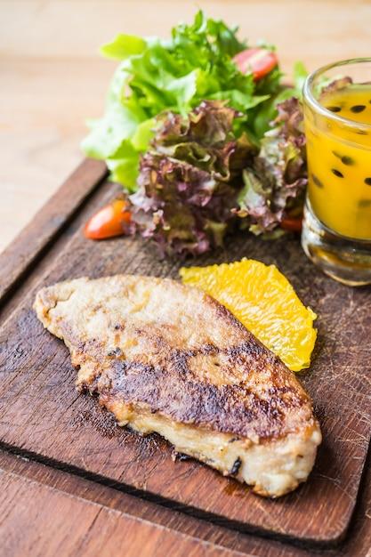 Bife de foie gras com molho de legumes e doce Foto gratuita