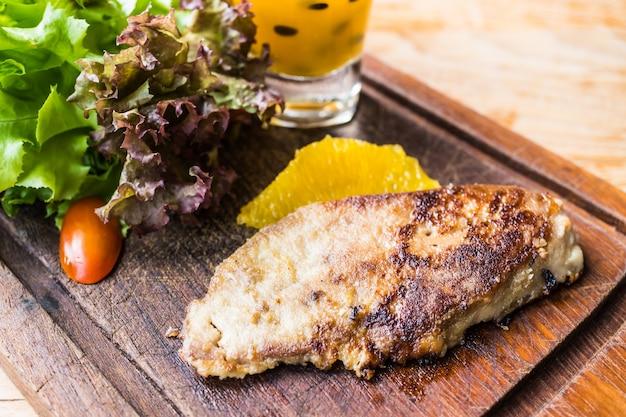 Bife de foie gras com vegetais e molho doce Foto gratuita