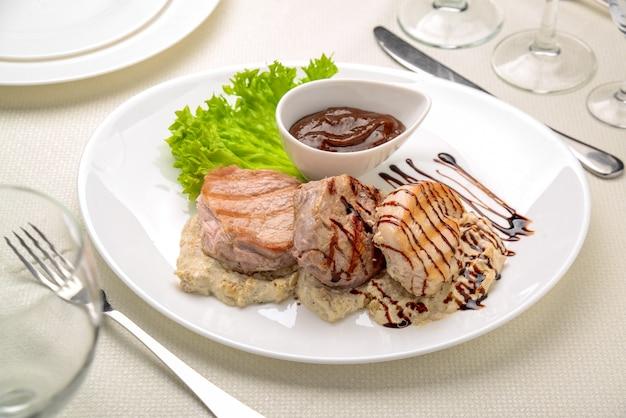Bife de frango grelhado ao molho de cogumelos fatias de batata frita, Foto Premium